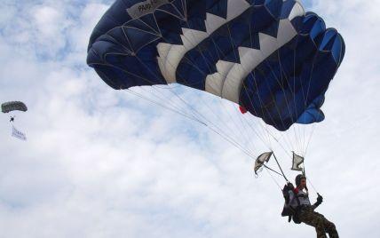 Добрий ранок по-московськи: у Росії парашутисти приземлилися на жваву трасу серед авто (відео)