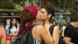 На улицах Валенсии десятки активистов целовались в знак протеста