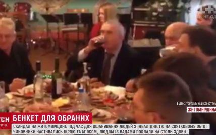 Депутатам – колбасу, слепым – печенье: видео праздничного застолья в Коростене всколыхнуло интернет