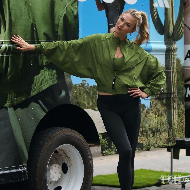 В стильном бомбере и лосинах: супермодель Карли Клосс позировала в новой фотосессии для Adidas