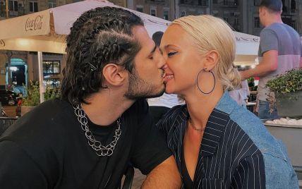 Нова кохана NIKITA LOMAKIN у ліфі еротично попозувала на камеру