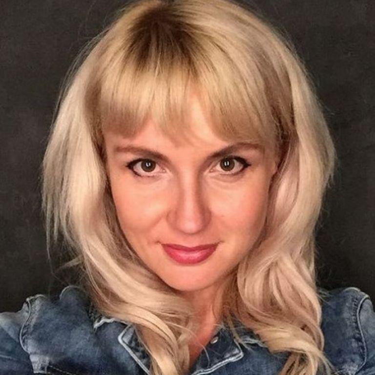 """Українка, яка викинула паспорти, загриміла до """"Миротворця"""": що про неї відомо"""
