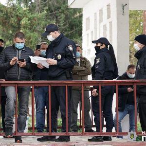 У Хмельницькому виборцям роздавали маски і ручки від одного з кандидатів