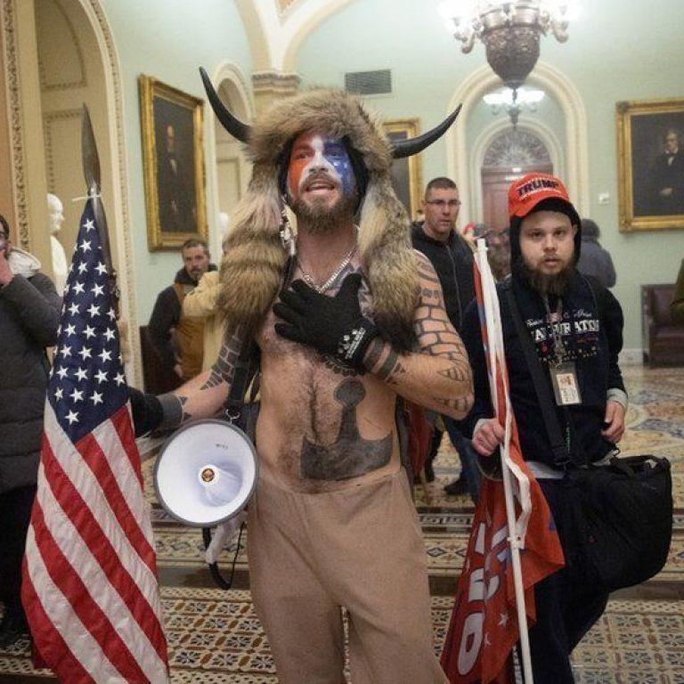 После штурма Капитолия от республиканцев в США ушло более 30 тысяч человек