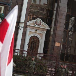 Суд зобов'язав чоловіка, який кинув яйце в посольство Білорусі в Києві, виплатити штраф у 51 гривню