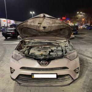 В Одесі просто на парковці гіпермаркету підпалили авто відомого адвоката: з'явилось відео
