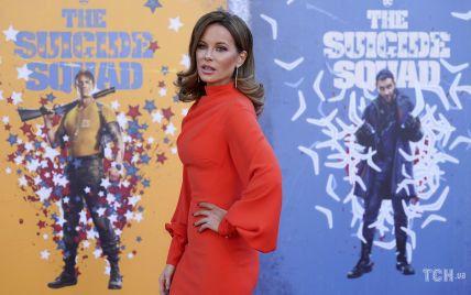 Яскрава і красива: Кейт Бекінсейл морквяною сукнею підкреслила струнку фігуру