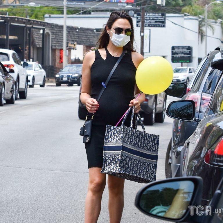 В обтягивающем платье и с сумкой Dior: беременную Галь Гадот подловили возле супермаркета