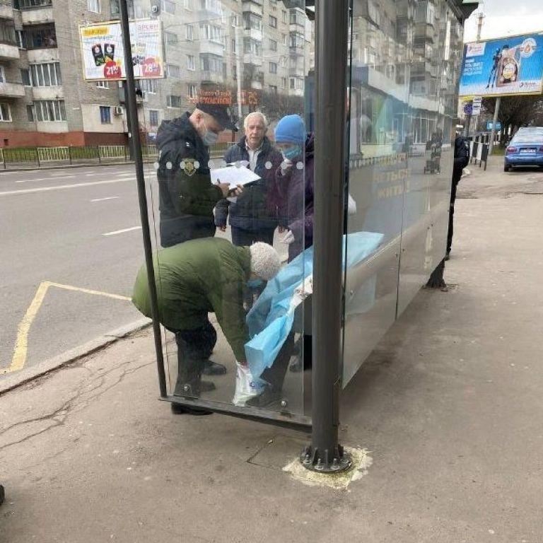 У Львові на зупинці знайшли мертву людину: фото