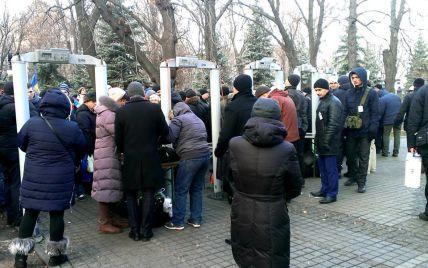 К Мемориалу памяти жертв Голодомора в Киеве людей пропускают только через металлоискатели