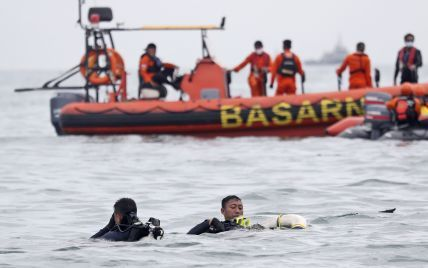 Авіакатастрофа в Індонезії: рейс після менше року призупинки відновили нещодавно, а чорні скриньки досі шукають