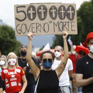 В Бразилии вспыхнули антиправительственные протесты, когда количество жертв коронавируса превысило 500 тыс.