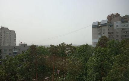 Небо над Киевом затянуло смогом, в воздухе летает песок: что происходит (фото)