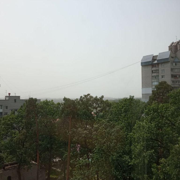 Небо над Києвом затягнуло смогом, у повітрі літає пісок: що відбувається (фото)