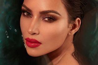 Теперь брюнетка: Ким Кардашьян с яркими губами позировала для нового фотосета