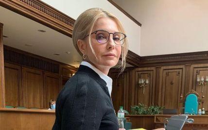 Устала от каблуков: Юлия Тимошенко разулась в зале Конституционного суда