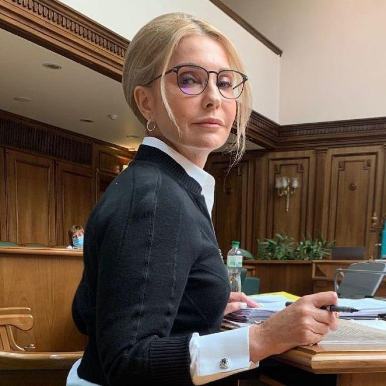 Втомилася від підборів: Юлія Тимошенко роззулася в залі Конституційного суду