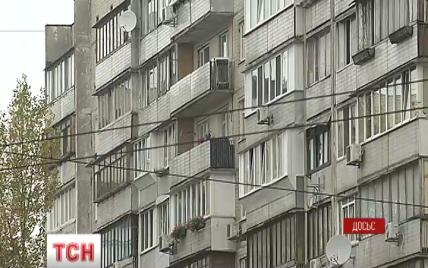 В Киеве обманутые люди поймали афериста, который за день сдавал одну квартиру десяткам семей