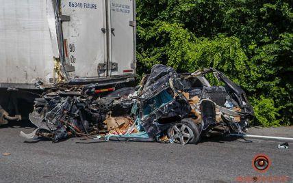 Вантажівка розплющила легковик: під Дніпром в страшній ДТП загинув чоловік, ще одну людину госпіталізували