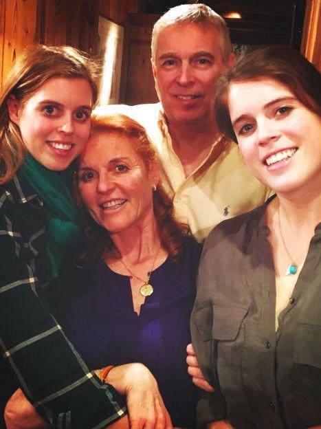 Сара Йоркська, принц Ендрю і їхні доньки — принцеси Беатріс і Євгенія / © Сара Фергюсон/Instagram
