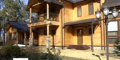 Під Києвом розграбували розкішний будинок Януковича