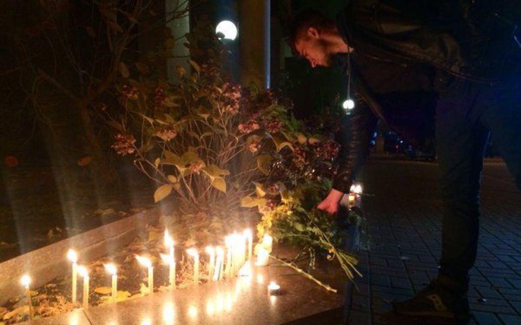 Киевляне приносят цветы к посольству Франции / © twitter.com/ Громадське ТБ