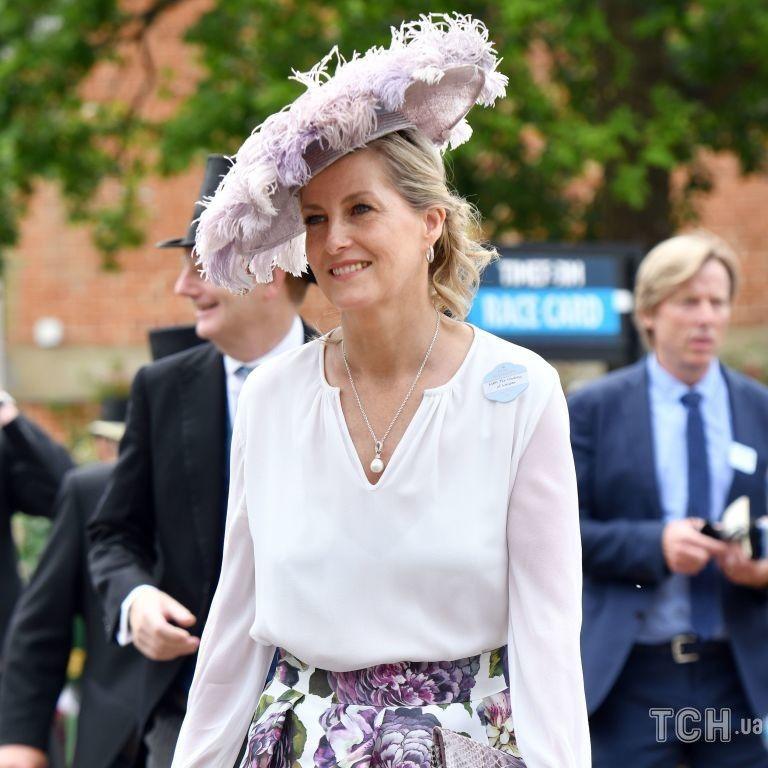 Оделись по дресс-коду: принц Эдвард и графиня Уэссекской посетили скачки в Аскоте
