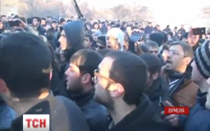 Розлючені вірмени почали жбурляти каміння в правоохоронців біля російського посольства. Онлайн-трансляція