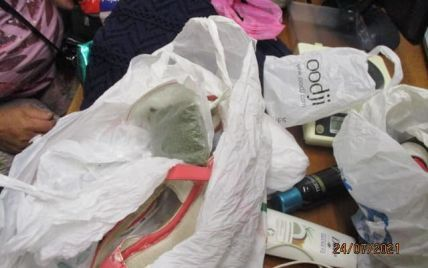 """""""Попелюшка"""" з сюрпризом у туфельці: жінка намагалася перетнути кордон із наркотиками у босоніжках (фото)"""