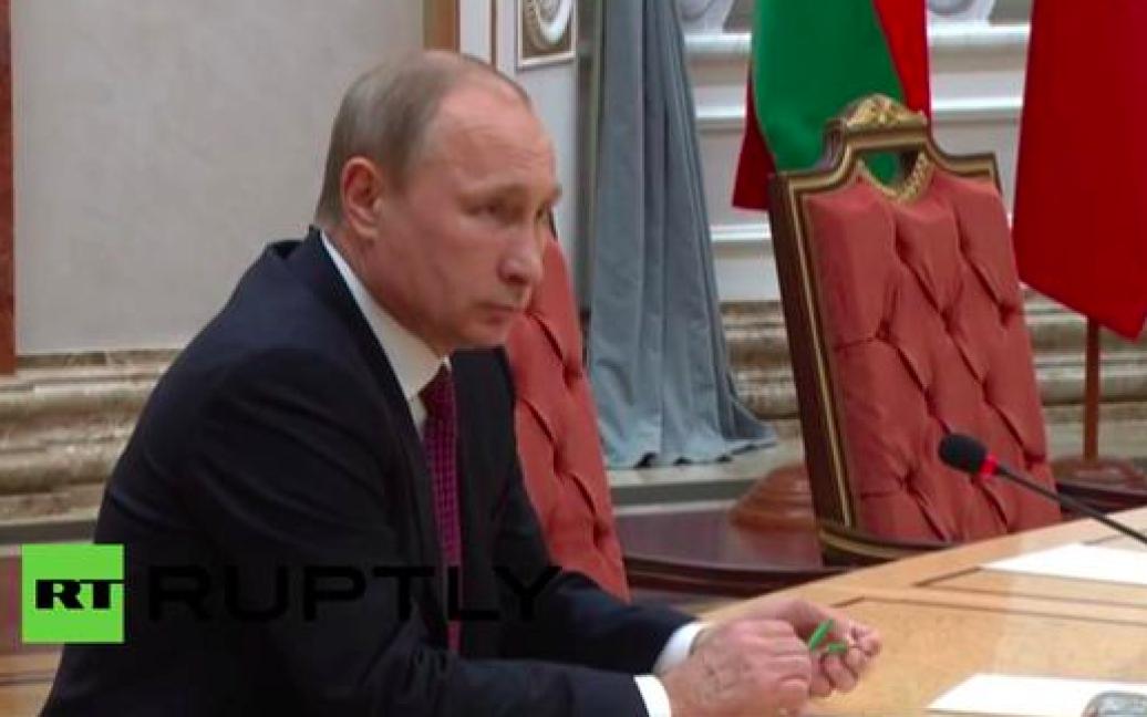 Потім у руках очільника Росії - два уламка зеленого канцелярського приладдя / © YouTube