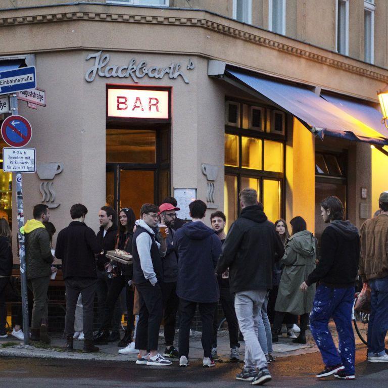 Европа ослабляет карантин: кафе открывают уличные террасы, восстанавливают работу пункты пропуска на границах