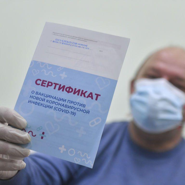 На Сахаліні вакцинованим препаратом Sputnik V видадуть бейджи і дозволять не носити маски