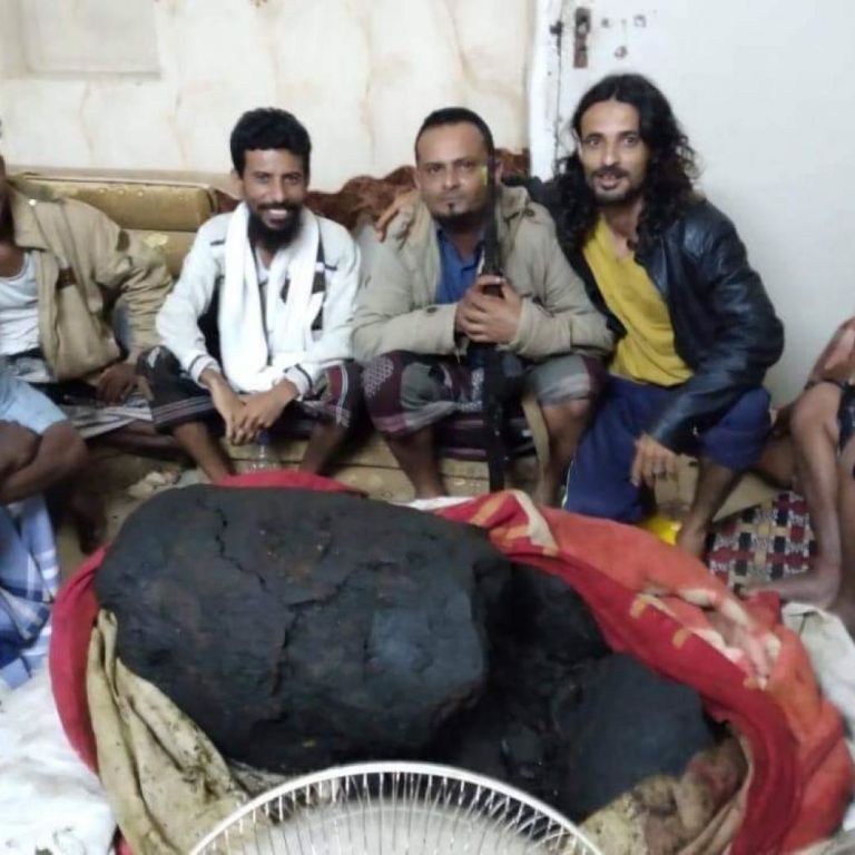 """Бідні рибалки з Ємену знайшли у череві кашалота """"скарб"""" на $1,5 млн: що там було і як чоловіки використали гроші"""
