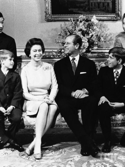 Принц Филипп и королева Елизавета II с детьми / © Associated Press