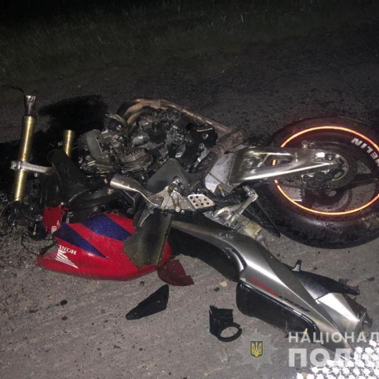 На скорости врезался в трактор: во Львовской области погиб 22-летний мотоциклист (фото)