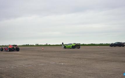 """Автомобіль """"Формули-1"""" позмагався у гонці з тюнінгованими Lamborghini Huracan та Nissan GT-R"""