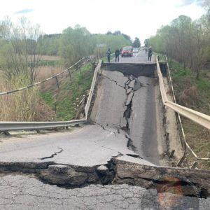 Обвалений міст у Львівській області просів ще минулого тижня, але рух не припинили навіть для фур