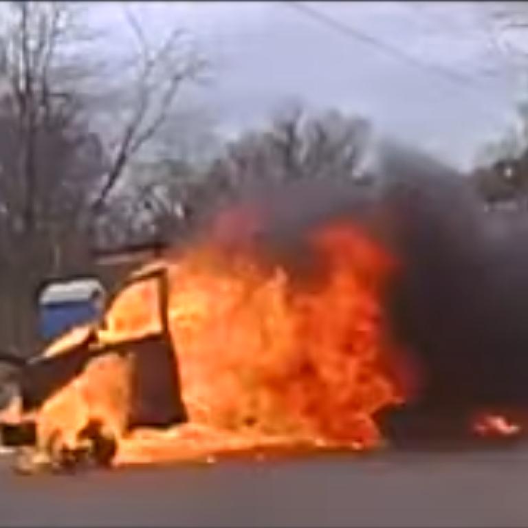 У США вулицею пронісся охоплений полум'ям фургон із причепом: відео