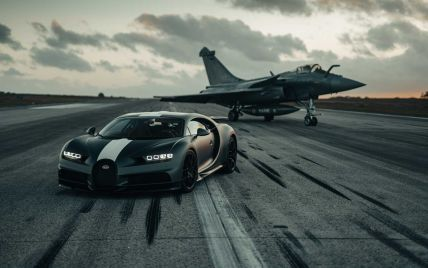 """Более семи тысяч """"лошадей"""" на двоих: уникальный гиперкар Bugatti устроил эпическую гонку с истребителем"""
