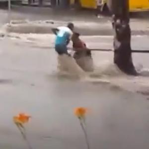 В Донецке после дождя произошел потоп: людей смывало водой и образовалась паника