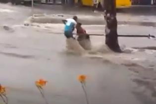 У Донецьку після дощу стався потоп: людей змивало водою й утворилася паніка
