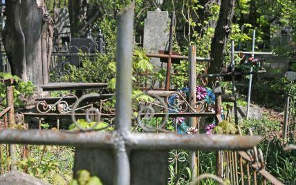 На Закарпатті поховали дівчинку, яку забив вітчим: батько не тямився від горя, а мати - зникла