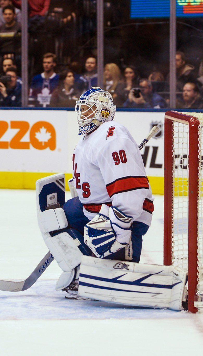 Настоящее чудо. В НХЛ водитель ледового комбайна стал на ворота и принес команде победу