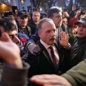 Мітингувальники під Радою побили депутата Барну