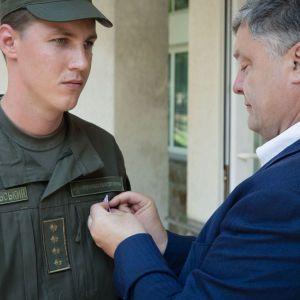 Порошенко наградил нацгвардейца за первую помощь пострадавшим от взрыва на Грушевского