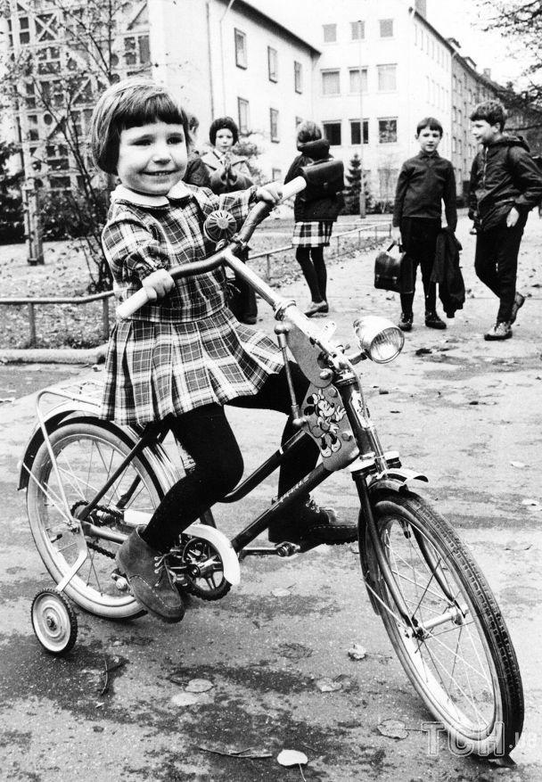 Девочка - жертва талидомида - катается на специально сконструированном велосипеде, 15 ноября 1966 года / © Associated Press