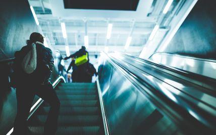 В метро Нью-Йорка пассажир ударом с ноги сбросил женщину с эскалатора (видео)