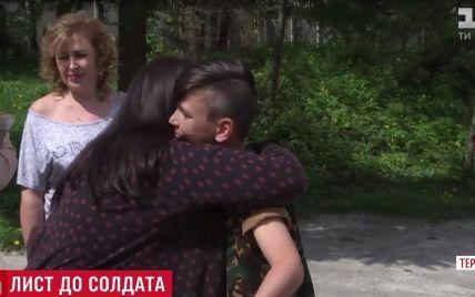 До сліз: вдова добровольця АТО зустрілася з дитиною-автором листа, який носив її чоловік