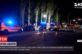 Новини України: у Дніпрі дивом вижили водій та пасажири автомобіля, який влетів у стовп