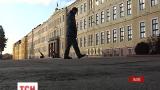 У Львові двоє хлопців з пістолетом намагались пограбувати жінку